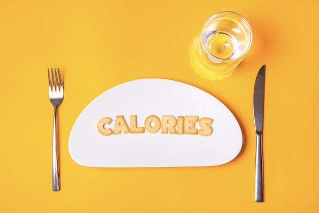 Letras de galleta en plato de porcelana, calorías
