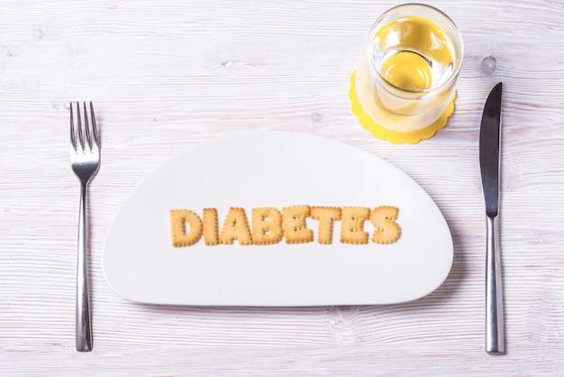 Letras de galleta en plato de porcelana, diabetes