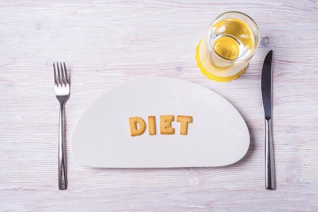 Letras de galleta en plato de porcelana, dieta