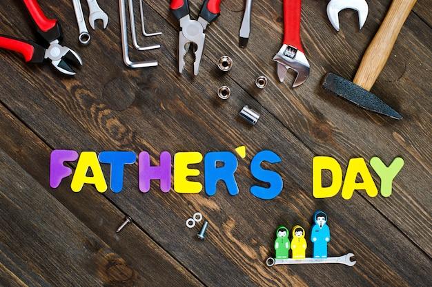 Letras y herramientas de fondo de madera del día del padre.
