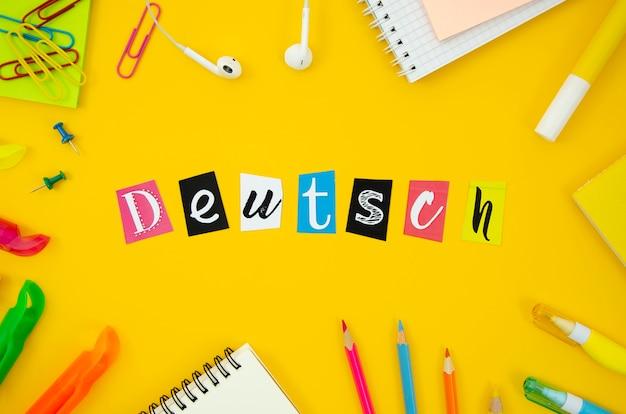 Letras holandesas sobre fondo amarillo