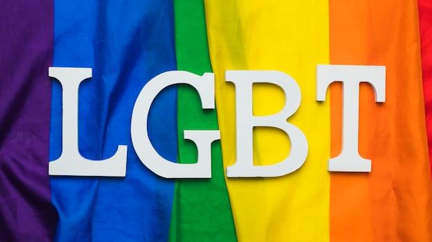 Letras lgbt en la bandera del arco iris