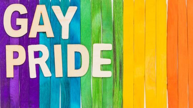 Letras lgbt en el fondo de palos de colores