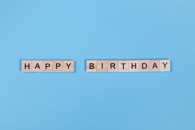 Letras de madera dispuestas en feliz cumpleaños.