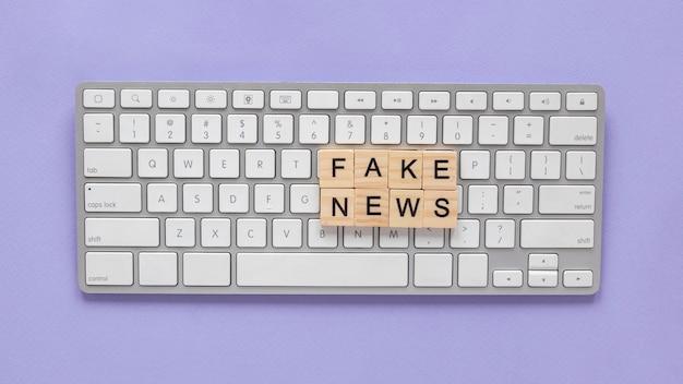 Letras de madera formando noticias falsas