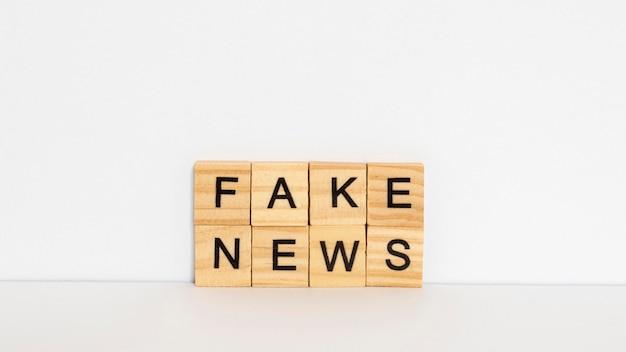 Letras de madera con noticias falsas