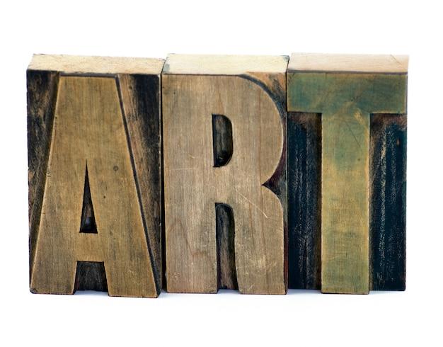 Letras mecanografiadas de madera que forman la palabra arte