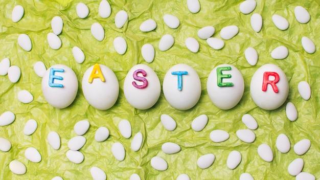 Letras de pascua en huevos en fila