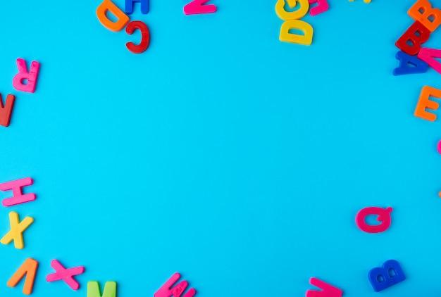 Letras plásticas multicolores del alfabeto inglés
