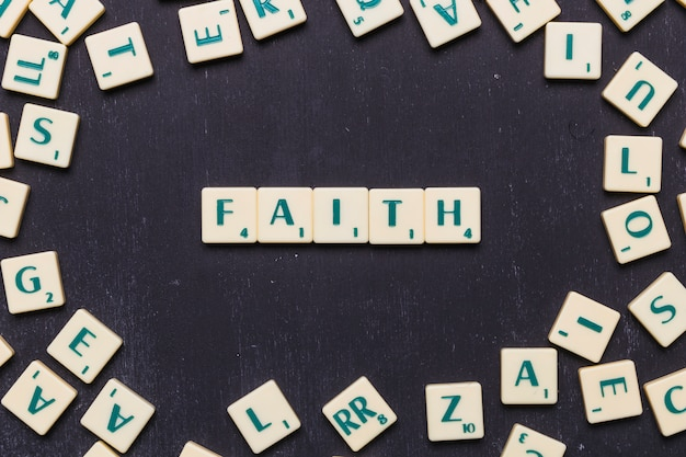 Letras de scrabble de fe sobre fondo negro
