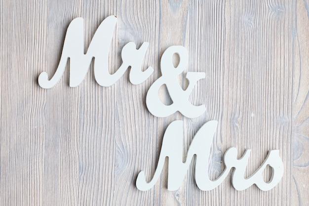 Letras sr. y señora sobre un fondo de madera. vista superior.