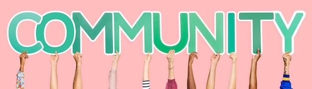 Letras verdes que forman la palabra comunidad.