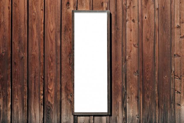 Letrero blanco colgado en la pared de madera