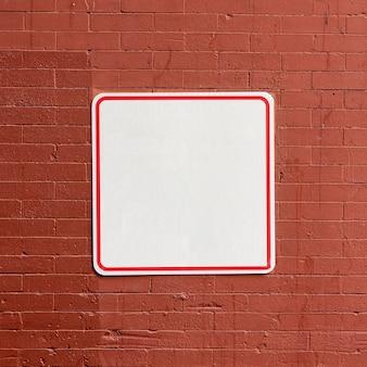 Letrero de calle en espacio de copia de edificio de ladrillo