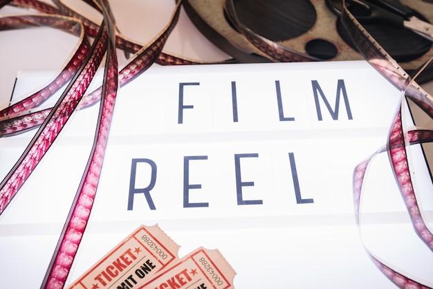 Letrero de cine con carrete de película