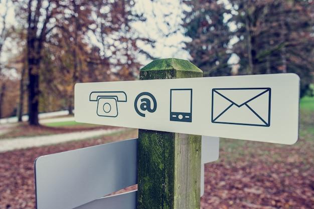 Letrero de contacto en un parque de otoño