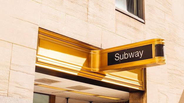 Letrero dorado del metro.