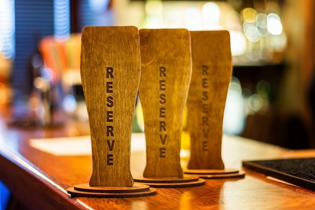 Letrero de madera reservado en la barra de bar