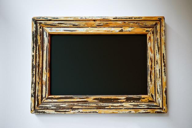 Letrero negro vacío en un bonito marco