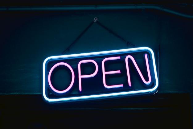 Letrero de neón abierto para cafés y restaurantes.