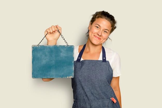 Letrero de pizarra colgante para café en manos de una mujer propietaria de una pequeña empresa