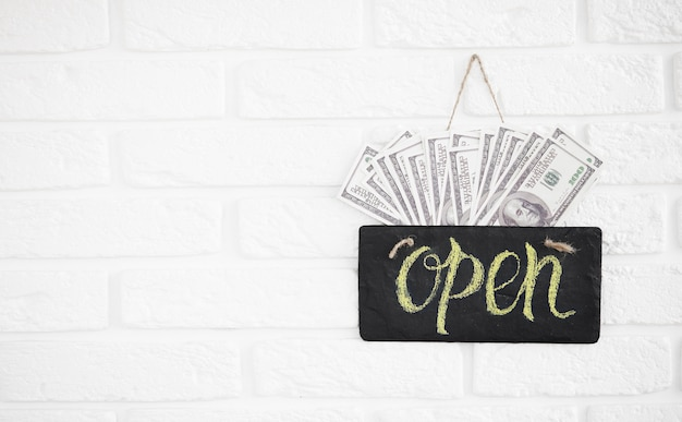 Un letrero que dice abierto en la cafetería o restaurante cuelga en la puerta de entrada. gran beneficio después de la cuarentena. apertura de negocios