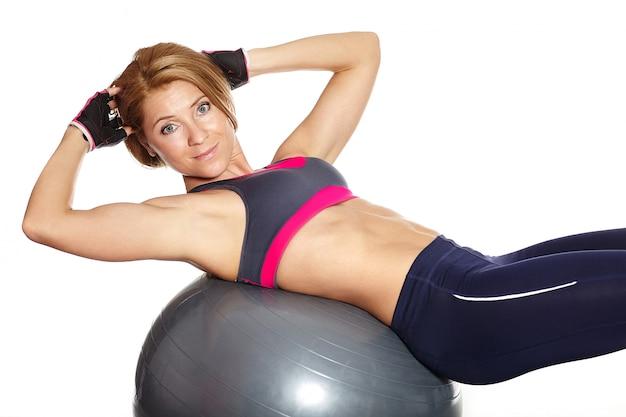 Levantador de pesas musculoso joven levantamiento sujetador deportivo pesa