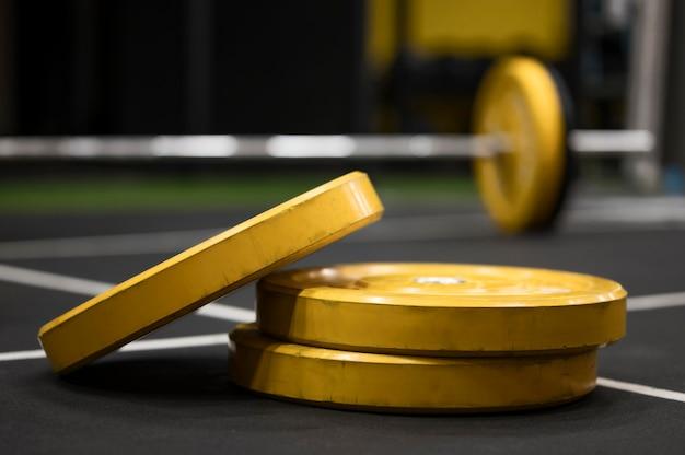Levantamiento de pesas en el gimnasio