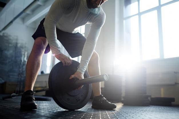 Levantamiento de pesas pesado en el gimnasio