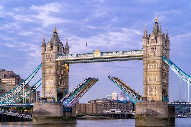 Levantando el puente de la torre de londres