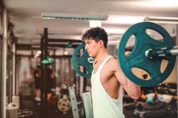 Levantar peso en el gimnasio