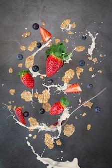 Levitación de desayuno, cereal con leche de fresa y arándano