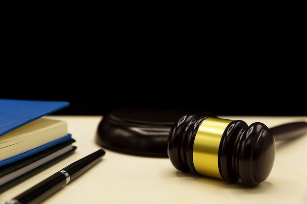 Ley colaborativa o práctica colaborativa, divorcio o ley familiar en un escritorio.