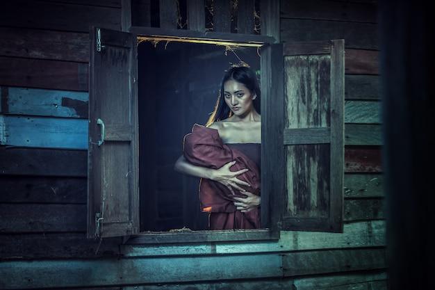 Leyenda de mae nak phra khanong. concepto de fantasma tailandés, escena de horror de mujer aterradora con su fantasma bebé