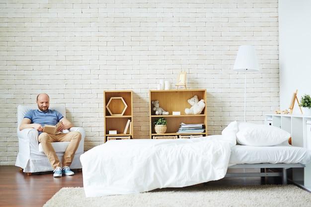 Leyendo en casa
