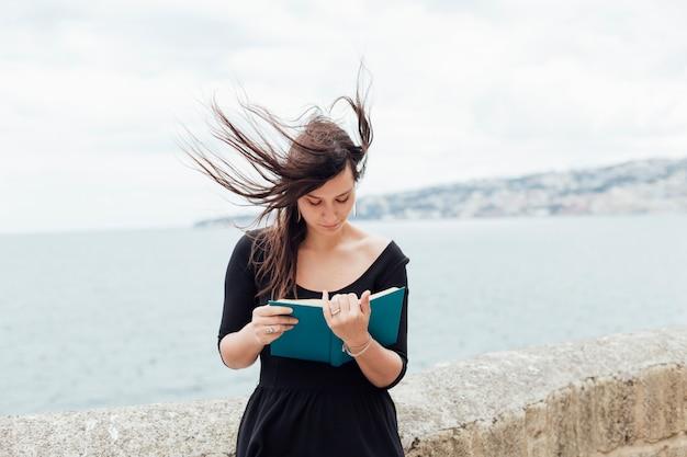Leyendo en un día de viento