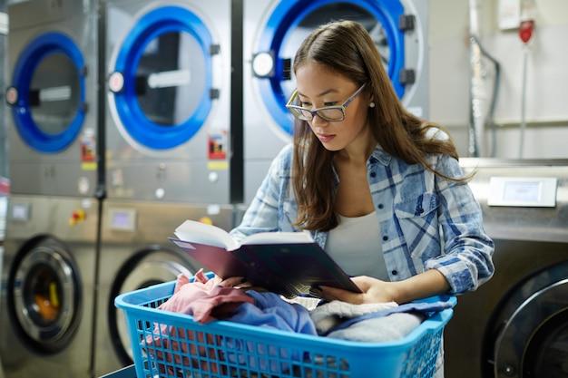 Leyendo en la lavandería