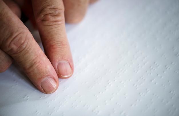 Leyendo letras braille