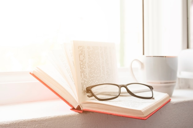 Leyendo un libro y bebiendo café