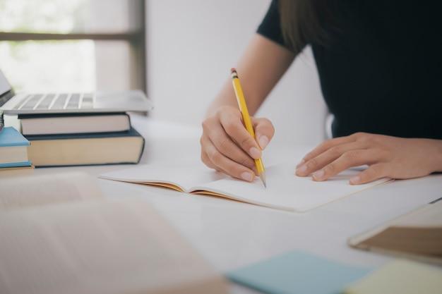 Leyendo un libro. concepto de educación