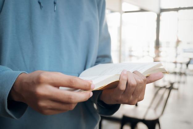 Leyendo un libro. educación, académico, aprendizaje de lectura y concepto de examen.