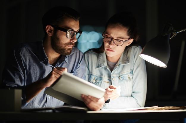 Leyendo de noche