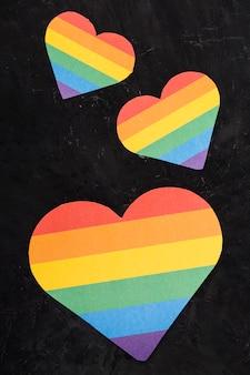 Lgbt corazones de diferentes tamaños sobre fondo negro