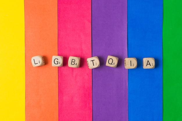 Lgbtqia palabra de cubos y bandera gay.