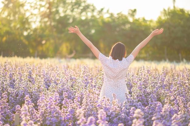 Libertad y niña sana estirando los brazos al sol