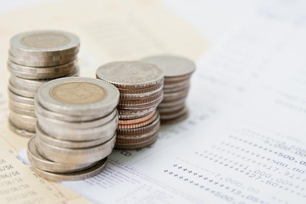 Libreta de cuenta y dinero tailandés