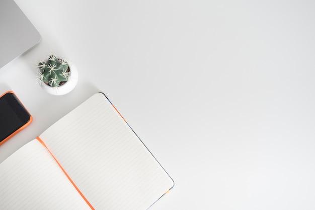 Libro abierto al lado de smartphone