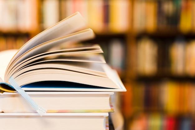 Libro abierto en la biblioteca