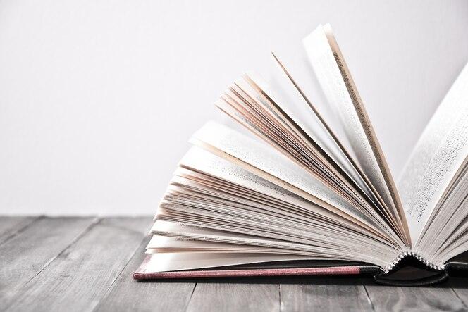 Libro abierto con las hojas levantadas