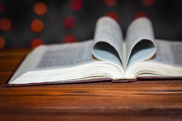 Libro abierto con corazón